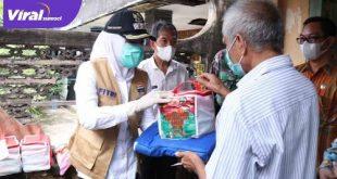 Wakil Walikota Palembang Fitrianti Agustinda melakukan peninjauan korban kebakaran di Kelurahan Ario Kemuning, Jumat (11/6/2021). Foto : viralsumsel.com