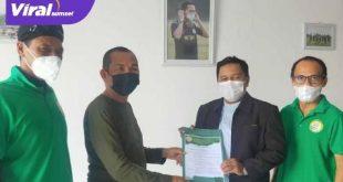 Gunawan Wakil Presiden PS Palembang menyerahkan SK Manajer PS Palembang Junior pada H Riza Fahlevi. Foto : viralsumsel.com/ion