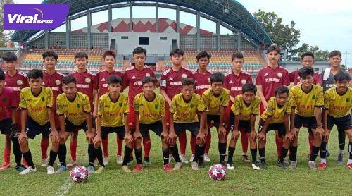 Starting eleven PS Palembang Junior dan PPLP-D Muba sebelum laga uji coba. Foto : viralsumsel.com/ion