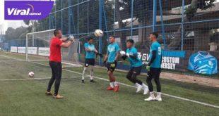 Ferry Rutinsulu Pelatih penjaga gawang Sriwijaya FC beri instruksi pada para penjaga gawang. Foto : sfc for viralsumsel.com