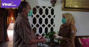 Wakil Walikota Palembang Fitrianti Agustinda kunjungi kediaman seniman Washington. Foto : viralsumsel.com/nto