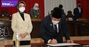 Gubernur Sumsel Herman Deru dan Ketua DPRD Provinsi Sumsel Hj RA Anita Noeringhati tanda tangani keputusan bersama terhadap dua Raperda menjadi Perda. Foto : viralsumsel.com/yuyu