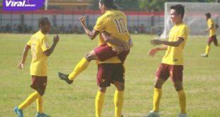 Afriansyah penyerang Muba Babel Unitd selebrasi usai cetak gol ke gawang Persekat. Foto : mo MBU