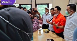 Head coach Cabor Pencak Silat Sumsel Abas Akber dampingi Ketua umum KONI Sumsel H Hendri Zainuddin beri keterangan pada awak media. Foto : viralsumsel.com/ion