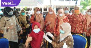 Vaksinasi COVID-19 massal di halaman kantor Camat Lais, kamis (17/6/2021). Foto : viralsumsel.com/devi