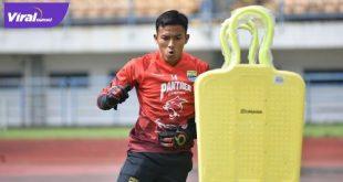 Teja Paku Alam penjaga gawang Persib berlatih di GBLA, Bandung, Senin (15/3/2021). Foto : dok Persib