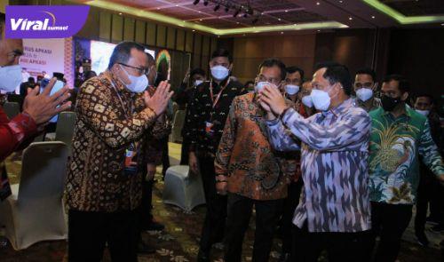 Bupati Dr Dodi Reza Alex menyapa Mendagri Tito Karnavian dalam acara pelantikan APKASI, di Bali, Sabtu (19/6/2021). Foto : pemkab muba