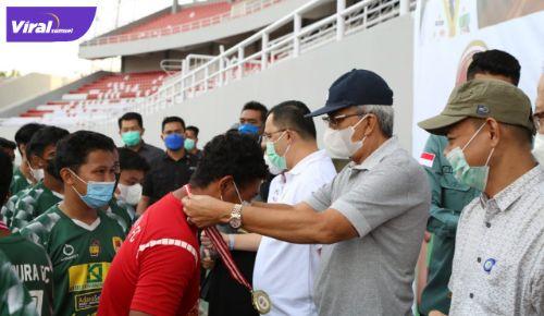 Wakil Gubernur Sumsel H Mawardi Yahya mengalungka medali pemenang Turnamen U-14 Pra Liga Sriwijaya FC di Stadion Gelora Sriwijaya, Minggu (20/6/2021) petang. Foto : viralsumsel.com/ion