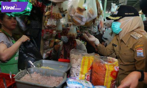 Wakil Walikota Palembang Fitrianti Agustinda bincang dengan pedagang di pasar rakyat, Senin (21/6/2021) pagi. Foto : viralsumsel.com/nto