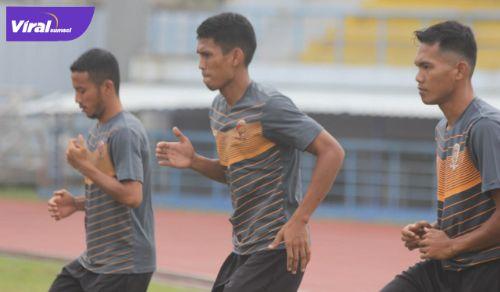 Rahmat Juliandri bek tengah Sriwijaya FC latihan di Stadion Arcamanik, Bandung, Senin (21/6/2021) pagi. Foto : sfc for viralsumsel.com