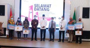 Walikota Palembang H. Harnojoyo pose bersama usai lantik Ratu Dewa jadi ketua lTPAKD, Rabu, (23 Juni 2021). Foto : viralsumsel.com/nto