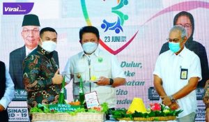 Gubernur Sumsel H Herman Deru terima potongan tumpeng dari Dirut RSUD Siti Fatimah dr. Syamsuddin Isac Suryamanggala, SpOG dalam acara puncak Ulang Tahun ke-3 RSUD Siti Fatimah, Rabu (23/6/2021). Foto : viralsumsel.com/sep