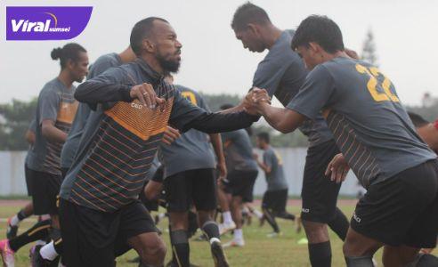 Para pemain Sriwijaya FC berlatih sebelum hadapi Piala Walikota Solo. Foto : mo SFC
