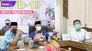 Walikota Palembang H Harnojoyo (tengah) video conference bersama Menteri Koordinator Bidang Kemaritiman dan Investasi (Menko Marves) Luhut Binsar Pandjaitan. Foto : viralsumsel.com/nto