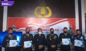Bupati Lahat Cik Ujang, SH memberikan penghargan kepada anggota Polisi yang dianggap berkonkribusi dalam membantu Permkab Lahat. Foto : viralsumsel.com/oki