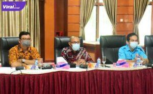 Asisten Babul Ibrahim bersama Plt. Kadis Kominfo Novaredy, SE., MM dan kasi Kemitraan Komunikasi Publik Andi Wijaya, SH., MH saksikan penyerahan penghargaan, Jumat (2/7/2021). Foto : viralsumsel.com/lam