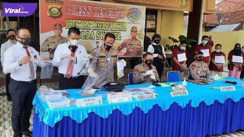 Direktorat Reserse Narkoba Polda Sumsel gelar jumpa pers hasil penggerebekan industri pil ekstasi skala rumahan di Palembang, Senin (5/7/2021). Foto : viralsumsel.com/kai