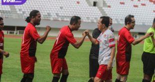 Walikota Prabumulih Ridho Yahya perkuat Old Star Persipra Prabumulih tos dengan para pemain Old Star PS Palembang sebelum uji coba di Stadion Gelora Sriwijaya, Minggu (4/7/2021) sore. Foto : istimewa