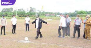 Bupati Banyuasin H Askolani buka Turnamen Sepakbola LDII PC Air Salek Cup ditandai dengan tendangan bola ke arah gawang, Senin (5/7/2021). Foto : viralsumsel.com/lam