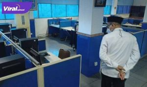 H Heri Amalindo Bupati PALI melihat ruang redaksi di Graha Pena kantor media Sumatera Ekspres Grup, Rabu (7/7/2021) siang. Foto : viralsumsel.com/eko