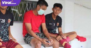Rahmat Juliandri (merah) saat menyaksikan laga Sriwijaya FC vs Bina Darma Mutiara Hitam. Foto : mo sfc