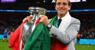 Pelatih Timnas Itali Roberto Mancini bersama trofi juara Piala Eropa 2020. Foto : ig azzurri