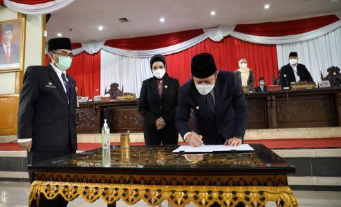 Gubernur Sumsel H Herman Deru tandatangani laporan hasil pembahasan dan penelitian komisi-komisi terkait Raperda Pertanggungjawaban Pelaksanaan APBD TA 2020, Senin (12/7/2021) pagi. Foto : viralsumsel.com/sep
