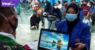 Mahasiswa UT Palembang menunjukkan sertifikat vaksin Covid-19. Foto : viralsumsel.com/but