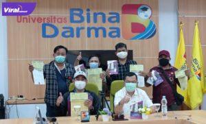 Sejumlah wartawan dari berbagai media online di Palembang daftar kuliah pascasarjana Bina Darma. Foto : viralsumsel.com/deb