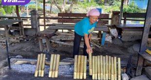 Warga berjualan lemang makanan khas Lahat di Desa Tanjung Sirih, Kecamatan Pulau Pinang, Kabupaten Lahat, Kamis (15/7/2021). Foto : viralsumsel.com/oki