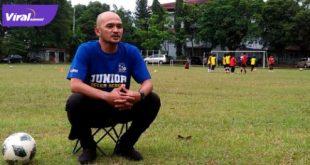 Jarot pelatih Junior Soccer School saat ditemui di Lapangan SMA 1 Bukit, (13/6/2021). Foto : viralsumsel.com/alf