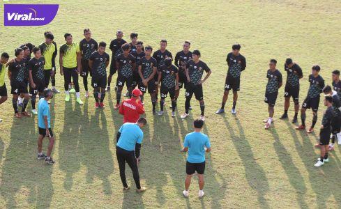 Nil Maizar pelatih kepala Sriwijaya FC beri arahan pada pemain. Foto : mo sfc