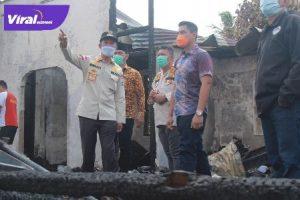 Walikota Palembang H Harnojoyo tinjau korban musibah kebakaran di Asrama TNI AD Blok PP, Sekojo, Palembang, Jumat (16/7/2021). Foto : viralsumsel.com/kai