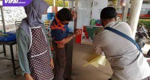 Pemerintah Kecamatan Babat Supat sosialisasi PPKM Darurat serta pemasangan stiker himbauan pada Warung dan Rumah Makan, Jumat (16/7/2021). Foto : viralsumsel.com/devi