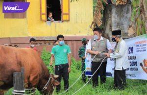 Gubernur Sumsel H Herman Deru menyerahkan langsung sapi kurban di beberapa lokasi, Senin (19/7/2021). Foto : viralsumsel.com/sep