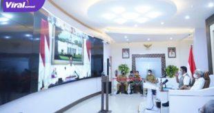 Gubernur Sumsel Herman Deru bersama Wakil Gubernur H Mawardi Yahya mendengarkan arahan Presiden RI Joko Widodo dan Wapres KH Ma'ruf Amin secara virtual, Senin (19/7/2021) siang. Foto : viralsumsel.com/sep