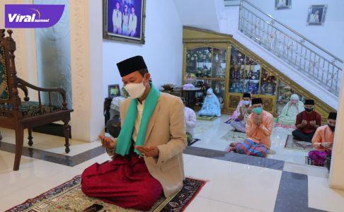H Harnojoyo Walikota Palembang jadi imam shalat Idul Adha. Foto : viralsumsel.com/nto