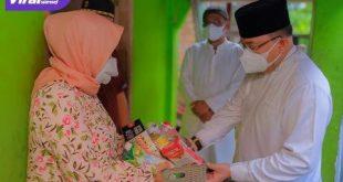 Bupati Dr Dodi Reza Alex Noerdin Lic Econ MBA secara door to door membagikan daging kurban dan kebutuhan obat-obatan serta makanan, Selasa (20/7/2021) siang. Foto : viralsumsel.com
