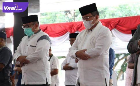 Bupati Muba Dr Dodi Reza Alex Noerdin Lic Econ MBA melaksanakan Shalat Idul Adha di rumah dinas Bupati Muba, Selasa (20/7/2021). Foto : viralsumsel.com/devi
