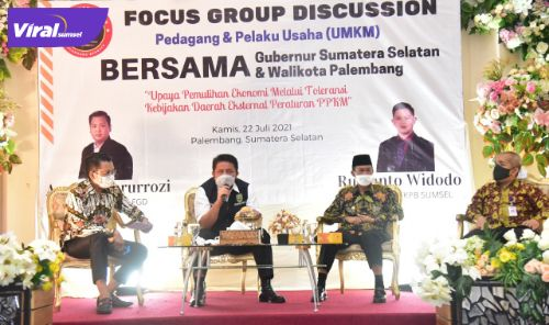 H Herman Deru Gubernur Sumsel menjadi keynote speaker pada FGD dengan para pedagang dan pelaku usaha UMKM bersama dan Walikota Palembang di VIP RM Sri Melayu, Kamis (22/7/2021). Foto : viralsumsel.com/sep
