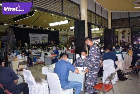 Lanal Palembang dan PT Pusri bekerjasama dengan dinas kesehatan kota Palembang menyelenggarakan serbuan vaksinasi Covid-19 di PT Pusri Palembang, Sabtu (24/7/2021). Foto : viralsumsel.com/kai