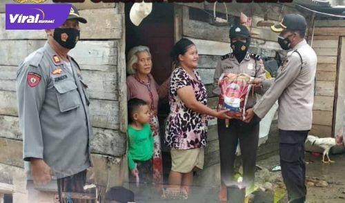 Kabaglog Polres Lahat Kompol Telebanua distribusian pemberian bantuan sembako kepada masyarakat yang terdampak covid-19, Jumat (23/7/2021). Foto : viralsumsel.com/oki