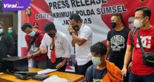 HW tersangka pencurian brangkas milik Apotek K - Nia Pharma, Jakabaring dihadirkan dalam keterangan pada awak media, Senin (26/7/2021). Foto : viralsumsel.com/kai