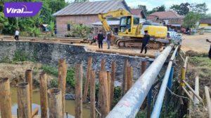 Saipul Hamid didampingi Afias, anggota komisi II DPRD PALI turun ke lokasi proyek pembangunan jembatan jalan Merdeka di wilayah Beracung, Kecamatan Talang Ubi, Selasa (27/7/2021). Foto : viralsumsel.com/eko