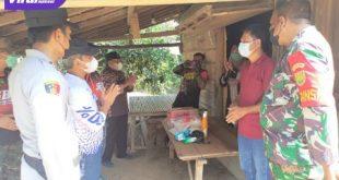 Sejumlah OPD dan Camat serta Forkopimcam turun ke lapangan menyerahkan bantuan giat Isoman care di Desa Lubuk Bintialo, Selasa (28/7/2021). Foto : viralsumsel.com