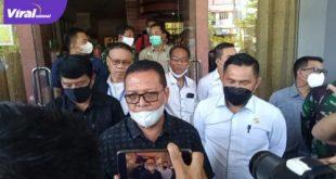 Sekretaris Umum KONI Sumsel, Suparman Romans didampingi Ketua KONI Prabumulih terpilih, Benny Rizal, SH MH beri keterangan pada awak media. Foto : viralsumsel.com/ber