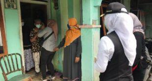 Wakil Walikota Palembang Fitrianti Agustinda melakukan kunjungan ke warga yang tengah menjalani isolasi mandiri, Rabu (27/7/2021). Foto : viralsumsel.com/nto