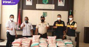 Tokoh Pemuda di Bayung Lencir Muba Daniel Firmansyah membeli beras sebanyak 1 ton untuk dibagikan gratis ke warga Isoman dan terdampak COVID-19 di Muba, Rabu (28/7/2021). Foto : viralsumsel.com/devi