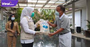 Wakil Walikota Palembang, Fitrianti Agustinda saat menerima langsung bantuan dari Yayasan Budah Tzu Chi di Rumah Dinas Walikota, Jalan Tasik Palembang, Senin (9 /8/2021). Foto : viralsumsel.com/nto