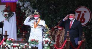 Walikota Palembang H Harnojoyo pimpin upacara pengibaran bendera merah putih di puncak HUT Ri ke 76, Selasa (17/8/2021). Foto : viralsumsel.com